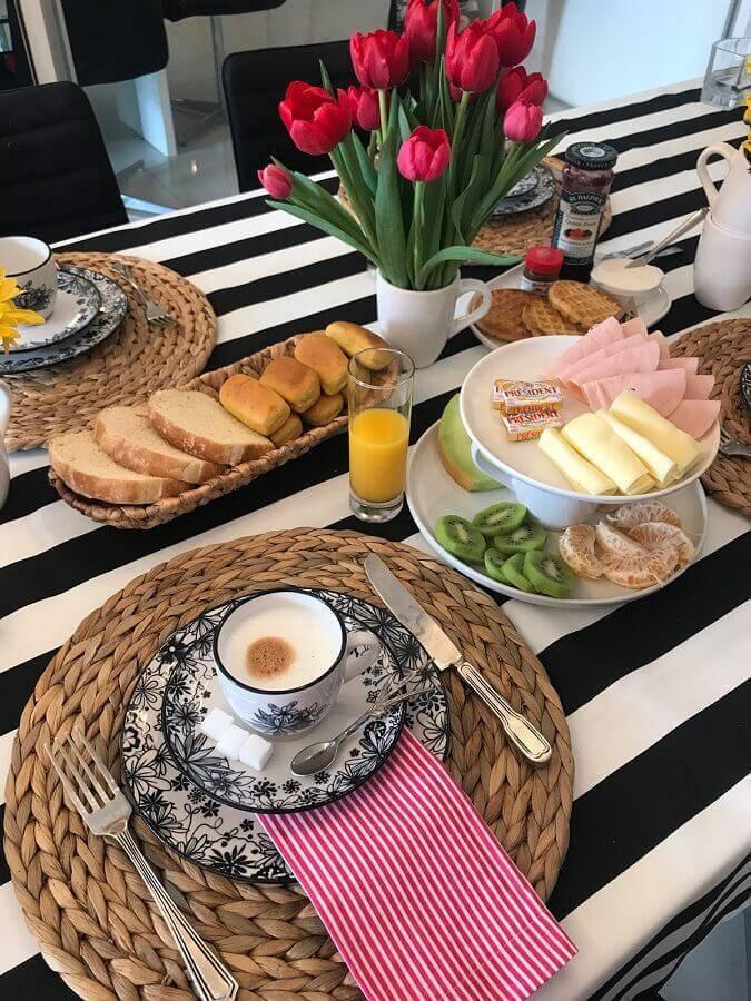 mesa de café da manhã decorada com toalha listrada preta e branca Foto Lar Doce Casa