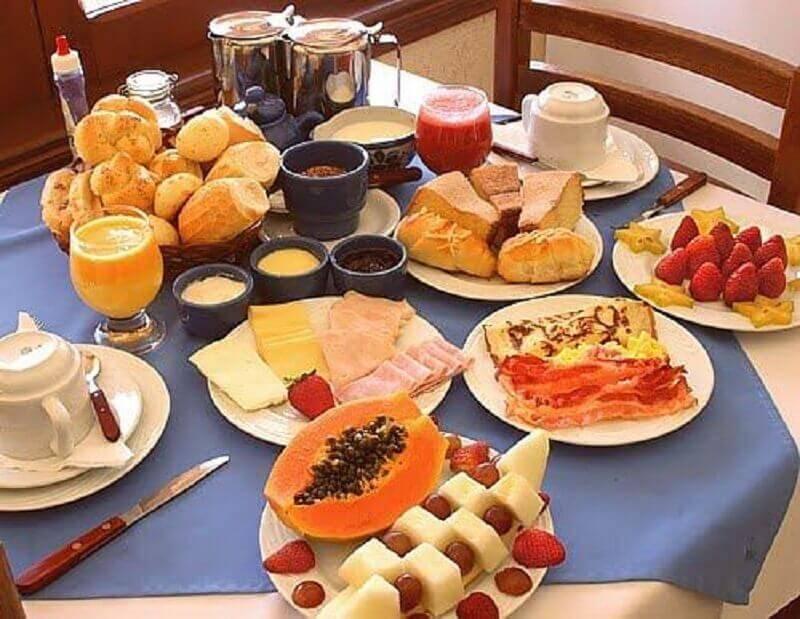 mesa de café da manhã simples com frutas e pães Foto Pinterest