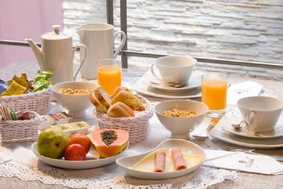 mesa de café da manhã simples com louças brancas e frutas Foto Pinosy