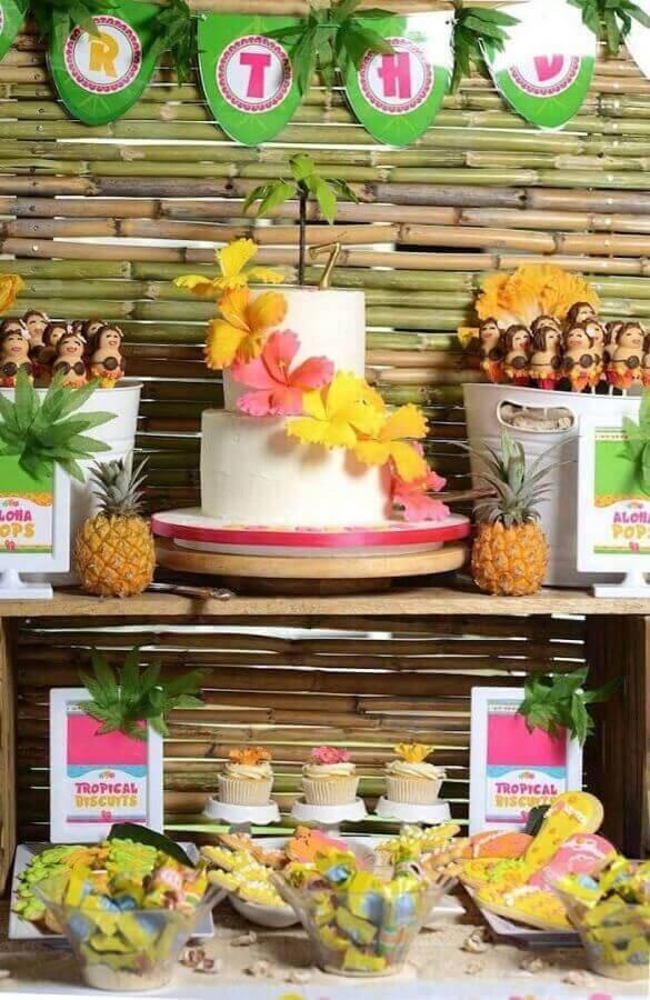 mesa de festa de aniversário decorada com tema festa havaiana Foto Pinterest