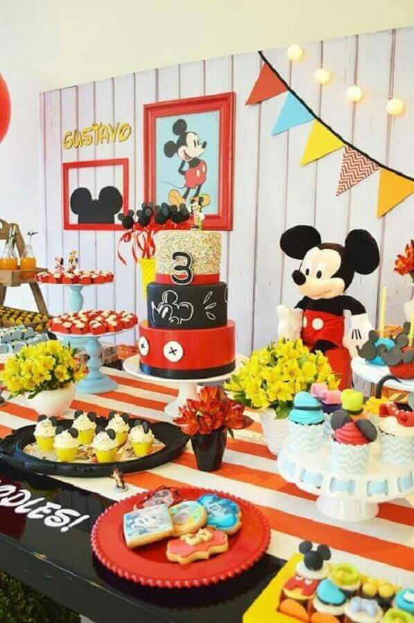 mesa de festa de aniversário decorada com tema mickey  Foto Pinosy