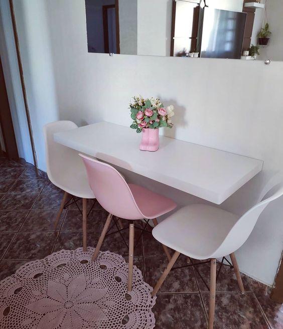 Mesa dobrável para cozinha charmosa com cadeira eames rosa e branca