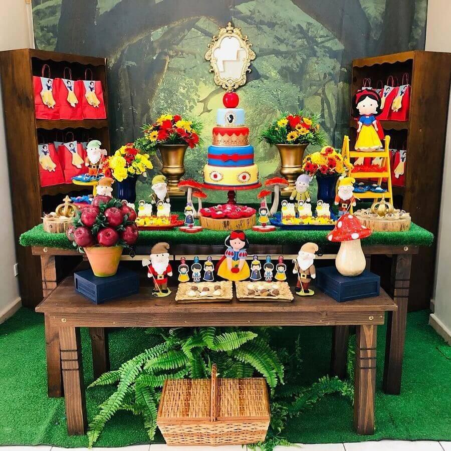 mesa para festa de aniversário infantil com tema branca de neve Foto Buffet Festa no Quintal