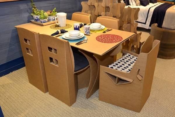 A sala de jantar recebeu a presença de móveis de papelão