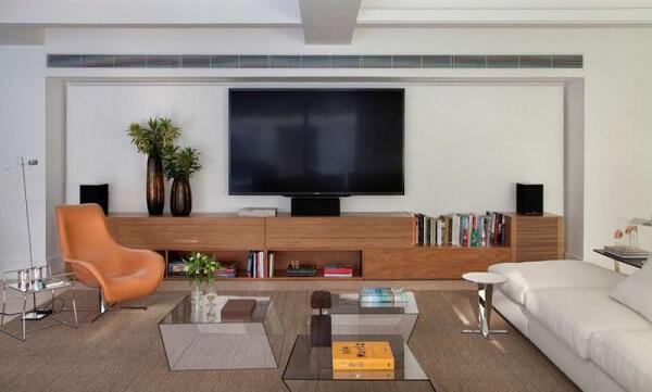 Poltronas para sala de tv em tom alaranjado traz descontração ao espaço