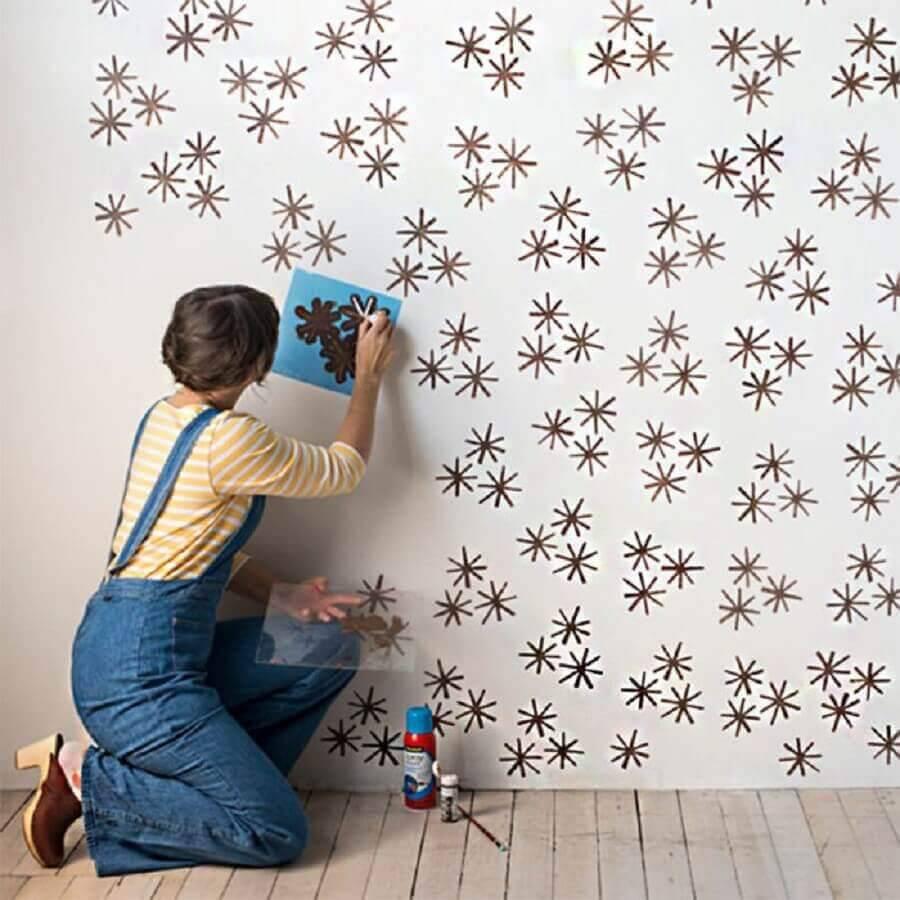 mulher decorando parede para o natal
