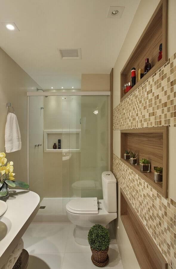 nichos embutidos de madeira e pastilhas em tons neutros para banheiro pequeno planejado Foto Cyntia Sabat