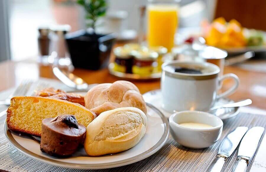 o que servir em uma mesa de café da manhã Foto Mogo Smart