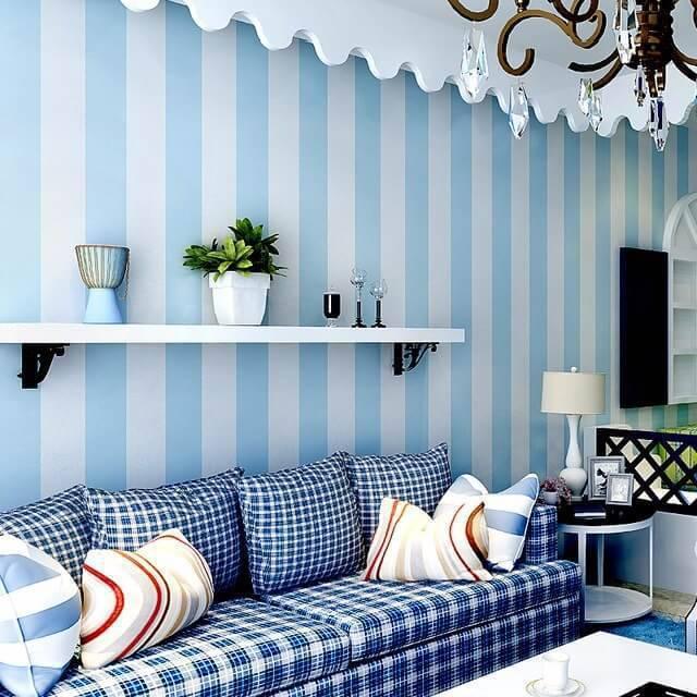 Papel de parede azul listrado com sofá xadrez