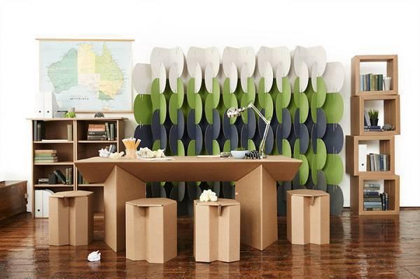 Móveis de papelão decoram o escritório