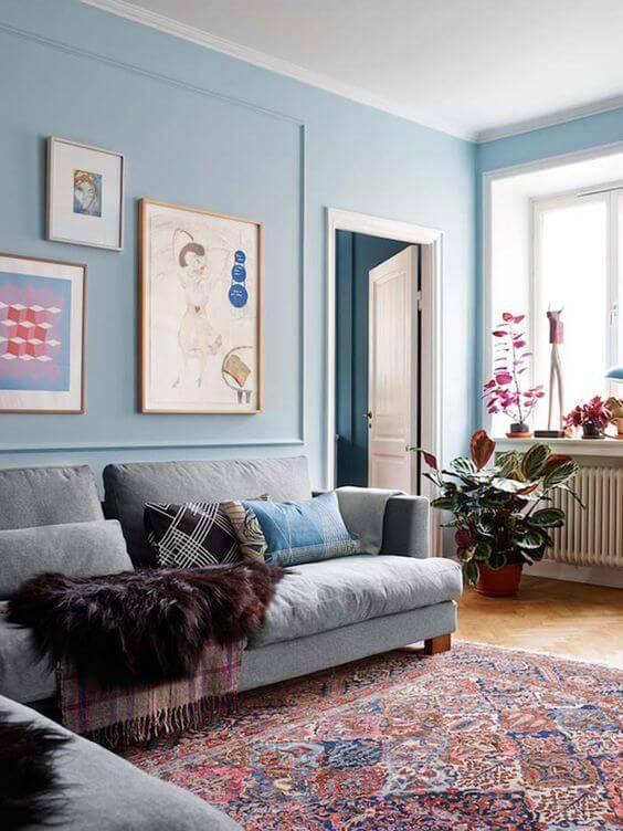 Parede azul clara na sala de estar