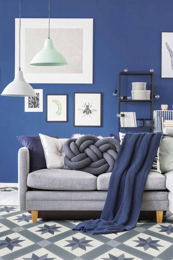 Parede azul royal com sofá combinando