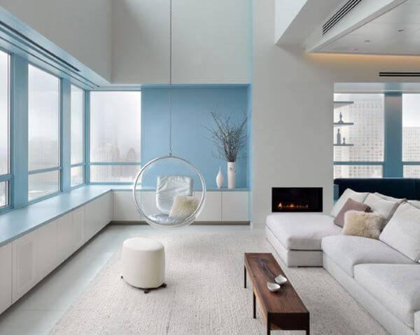Parede azul com detalhes em branco