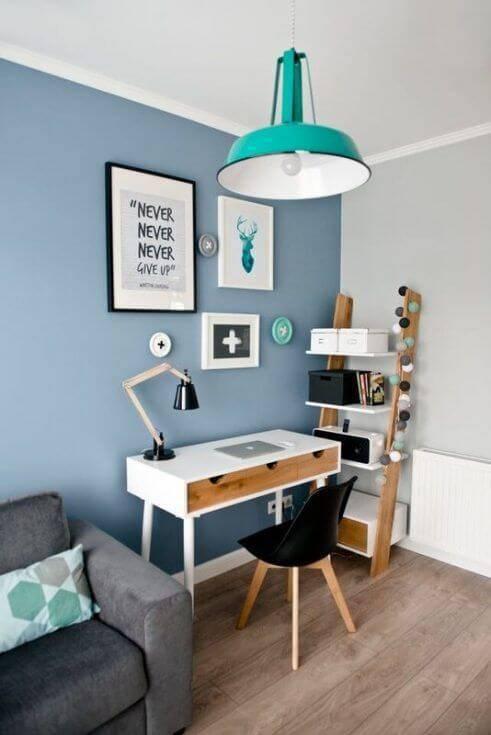 Parede azul com mesa de estudo combinando