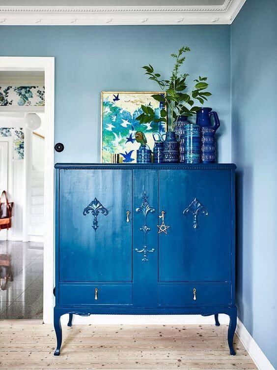 Parede azul com móveis da mesma cor