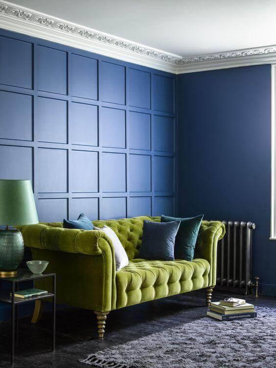 Parede azul com sofá verde