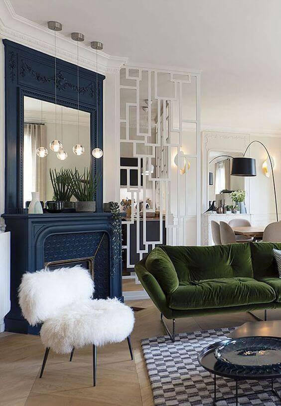 Parede azul e branco com sofá verde