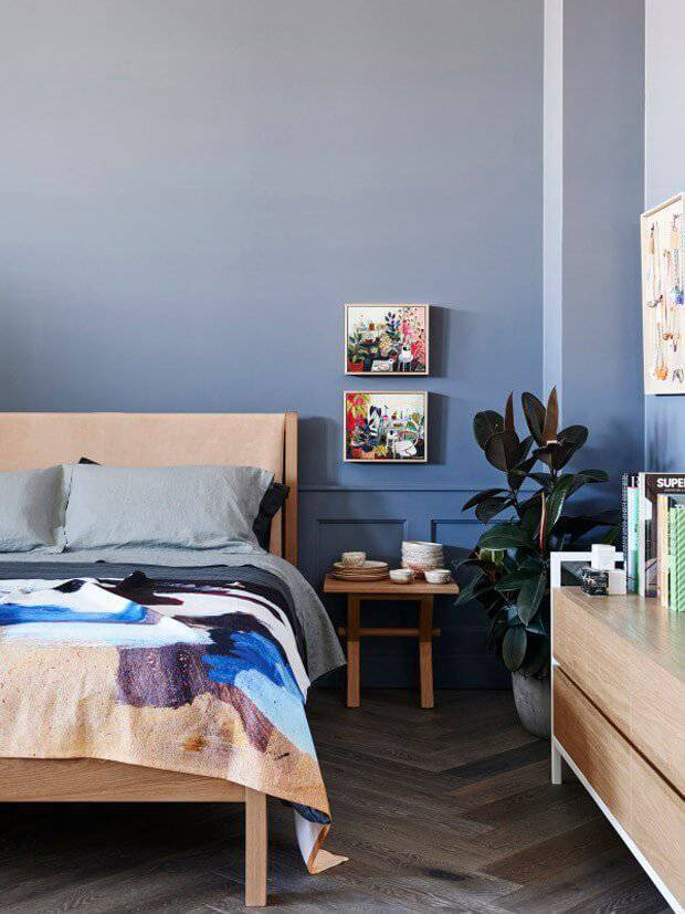 Parede azul em degradê no quarto de casal