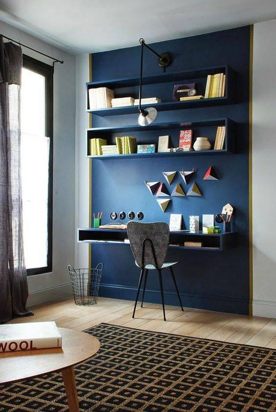 Parede azul em escritório com prateleiras e livros