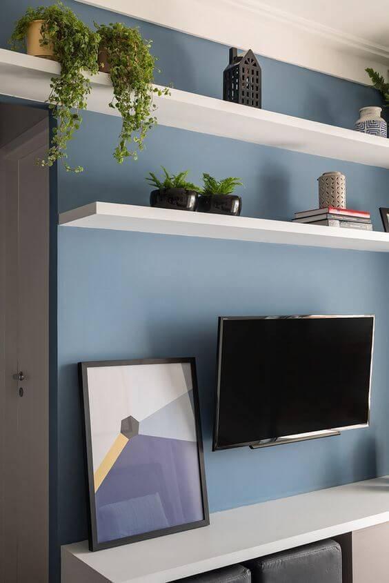 Parede azul com rack branca