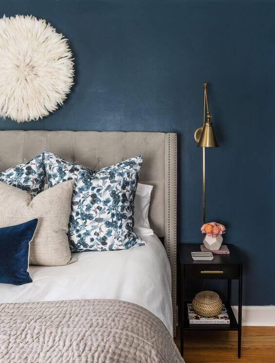Parede azul marinho para quarto de casal