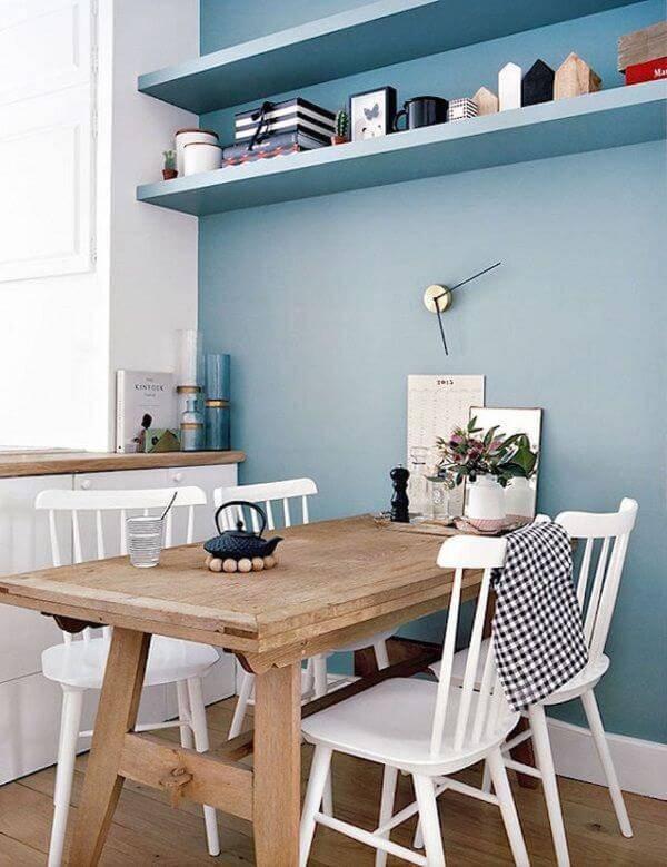 Parede azul na cozinha com mesa rústica