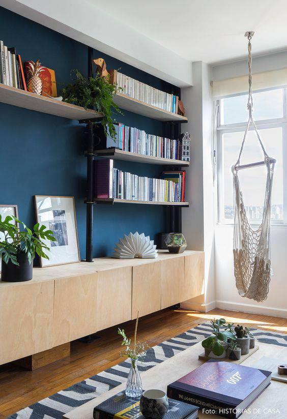 Parede azul na sala de estar