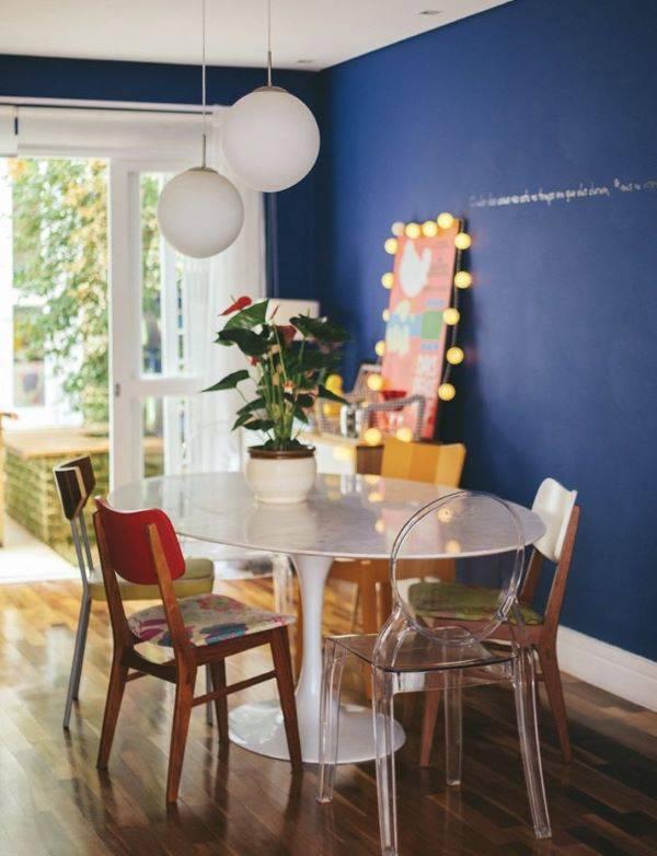 Parede azul na sala de jantar
