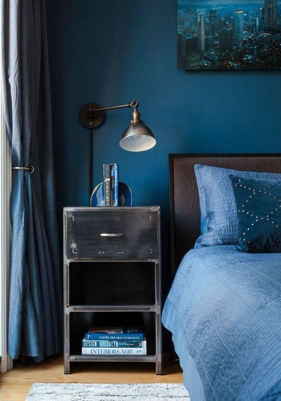 Parede azul no quarto moderno