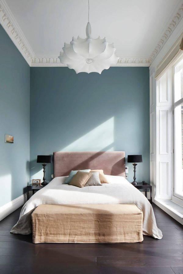 Parede azul para quarto com cabeceira rosa claro