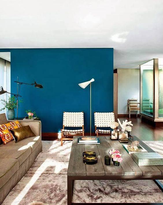 Parede azul para sala de estar moderna
