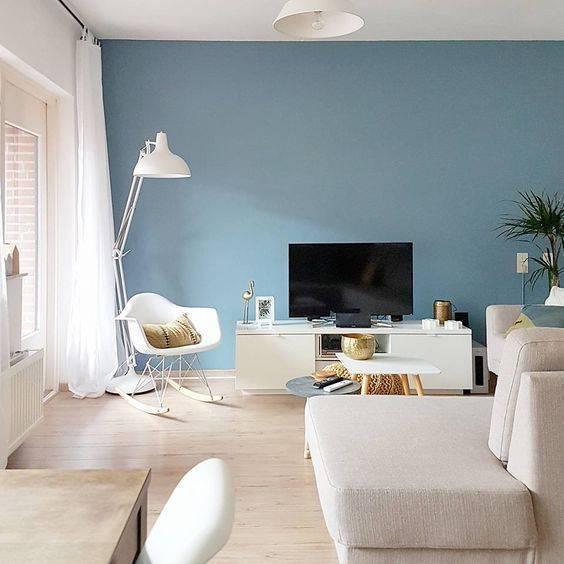 Sala de estar serena com parede azul