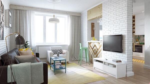 Poltronas para sala de tv em tom branco se harmonizam facilmente com diversos estilos de decoração