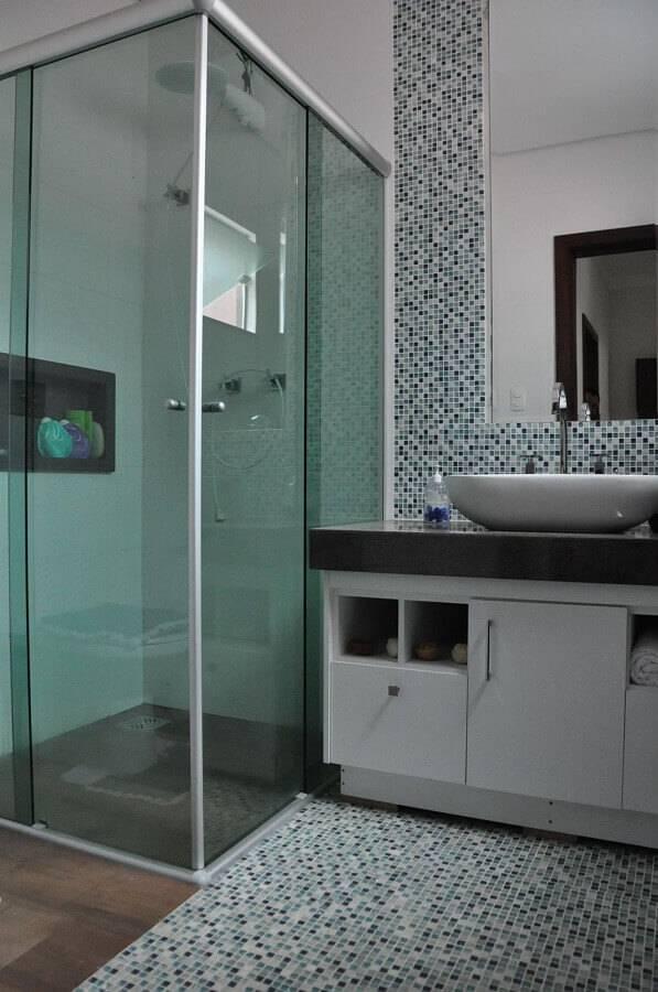 pastilhas para banheiro pequeno planejado simples Foto Cláudia Breias