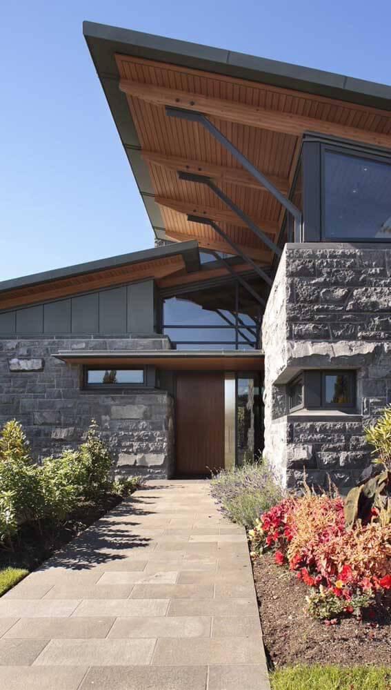 Pedra mineira na entrada da casa