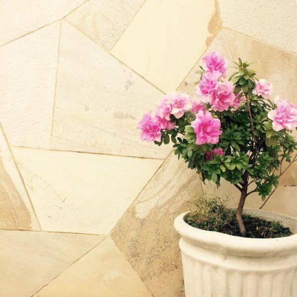 Pedra mineira na parede de casa