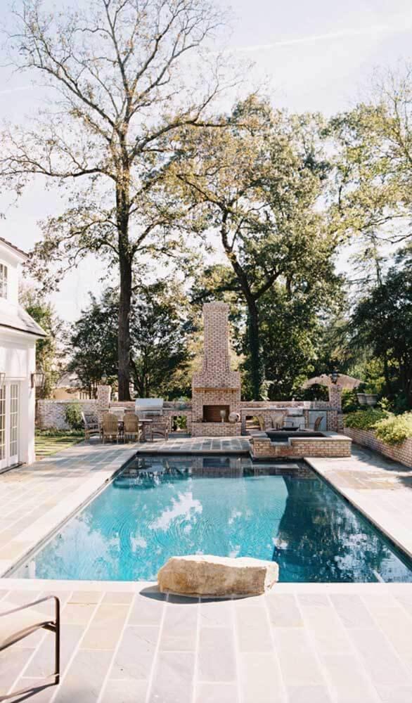 Pedra mineira para piscina na área da churrasqueira
