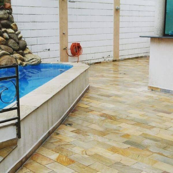 área da piscina com pedra mineira
