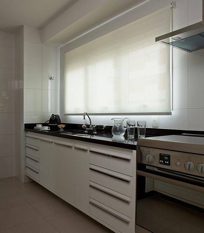 pia de granito - bancada de granito preto e gabinete de madeira
