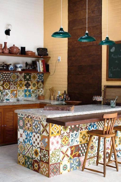 pia de granito - banquetas de madeira comum e luminárias metálicas