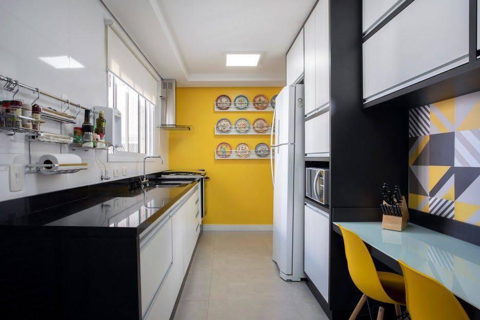 pia de granito - cadeiras eames na cor amarela e bancada de granito