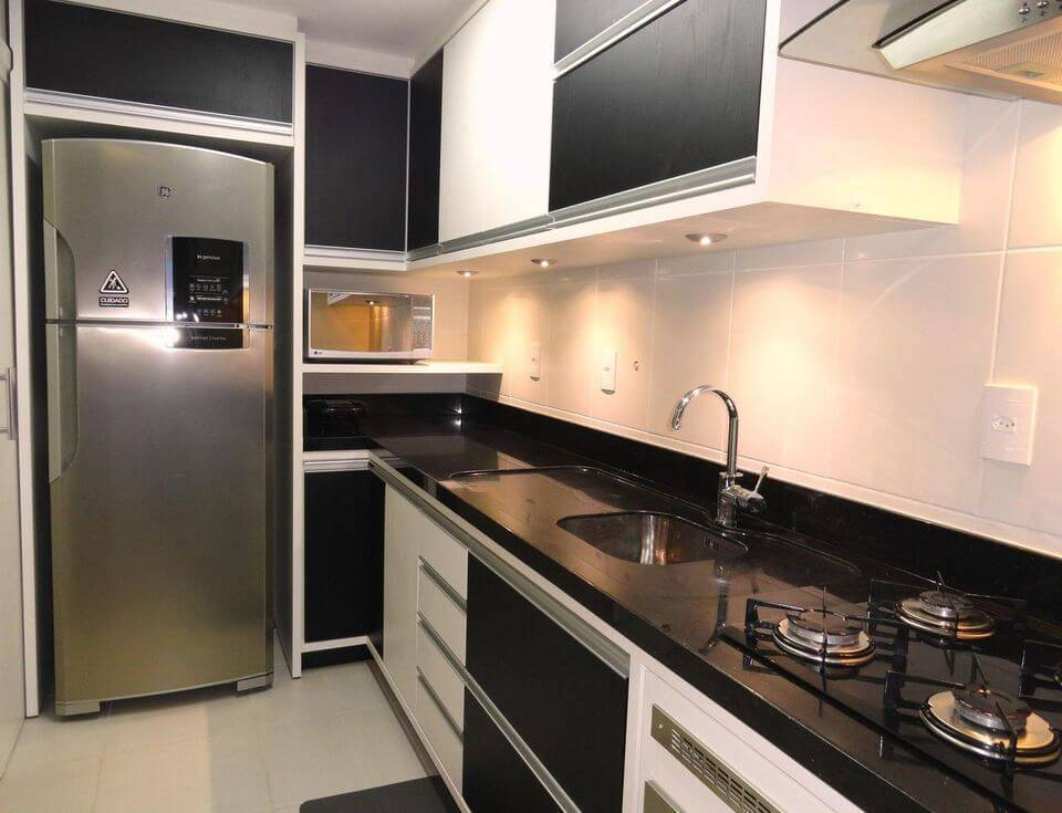 pia de granito - gabinete em marcenaria branca e cooktop preto