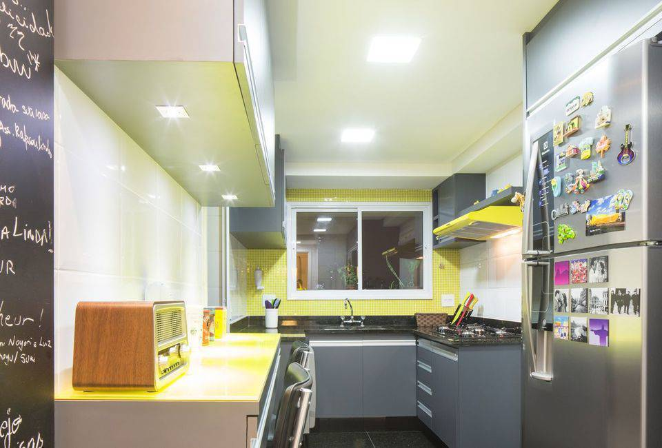 pia de granito - gabinete em marcenaria cinza e pastilhas amarelas