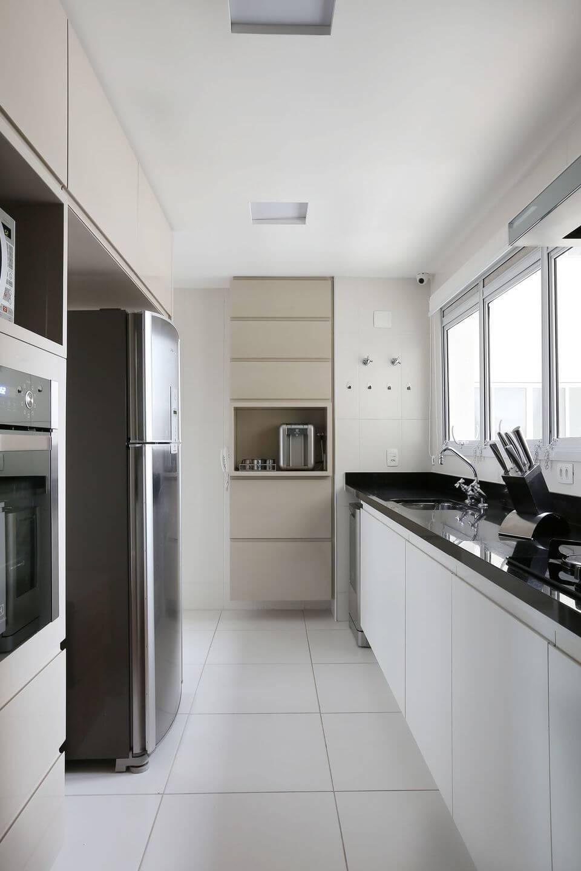 pia de granito - piso com revestimento branco e móveis planejados