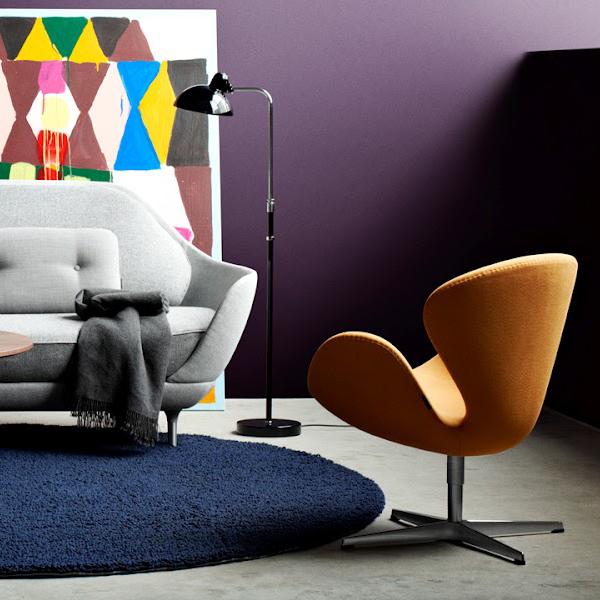 Poltrona amarela na sala de estar retrô