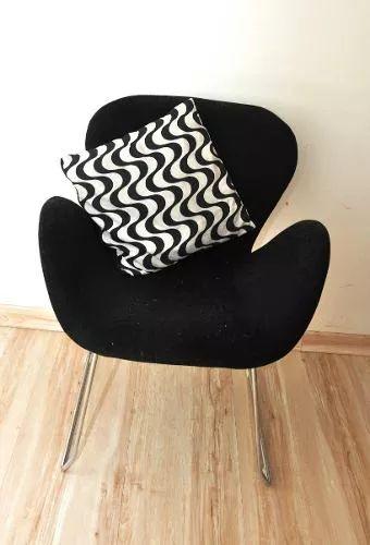 Poltrona preta com almofada estampada