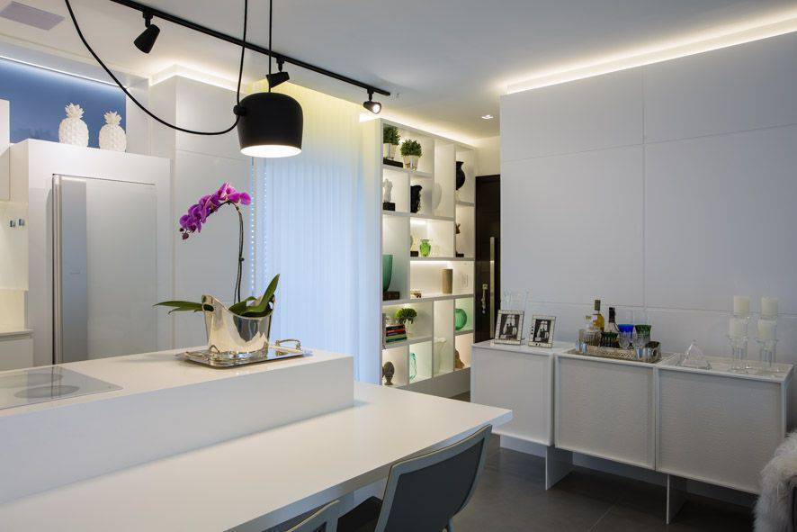 porcelanato branco - cozinha branca com aparador