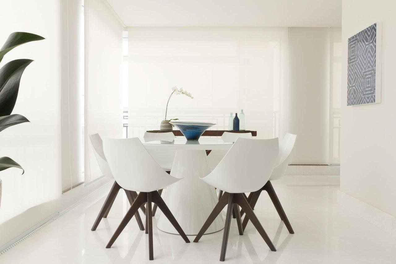 porcelanato branco - paredes brancas, cadeiras brancas com pés escuros