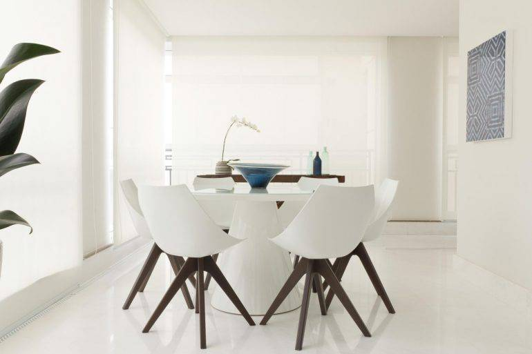 porcelanato branco - paredes brancas, cadeiras brancas com pés escuros - Marília Veiga