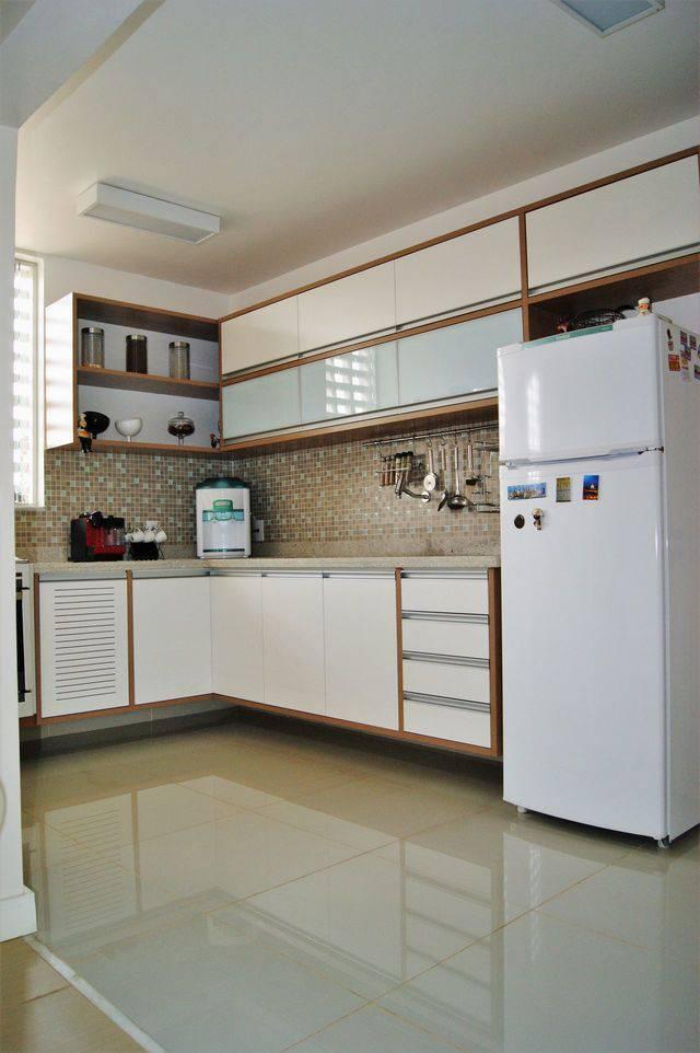 porcelanato branco - paredes de pastilha, piso frio, geladeira e forno